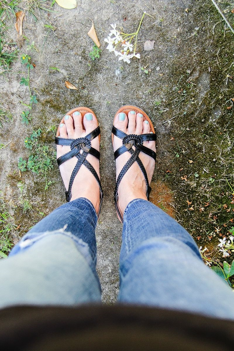womens jeans with black sandals