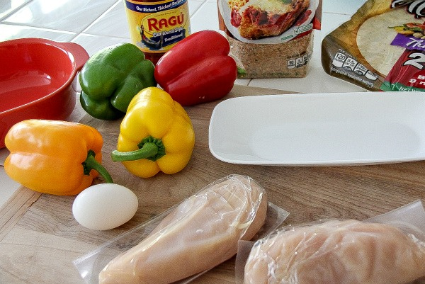 ingredients to make a chicken and bell pepper pizza