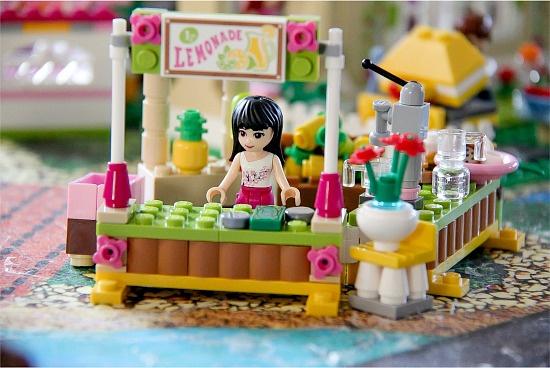 the LEGO Friends lemonade stand