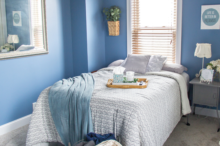 A blue and white guest bedroom with greenery and printable cards.