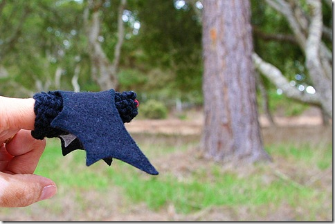 A tutorial and free pattern to knit a bat finger puppet for Halloween.